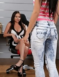 Rachele Richey shows newcomer Lady Dee how to be a real piss model